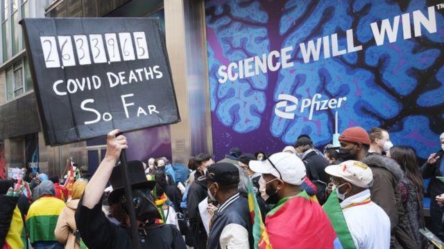 New York'ta ilaç şirketlerinin daha yoksul ülkelere daha fazla Covid-19 aşısı sağlaması çağrısında bulunan bir protesto düzenlendi. (11 Mart 2021)