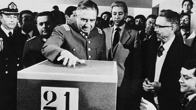 General Pinochet vota durante o referendo para aprovar a Constituição de 1980