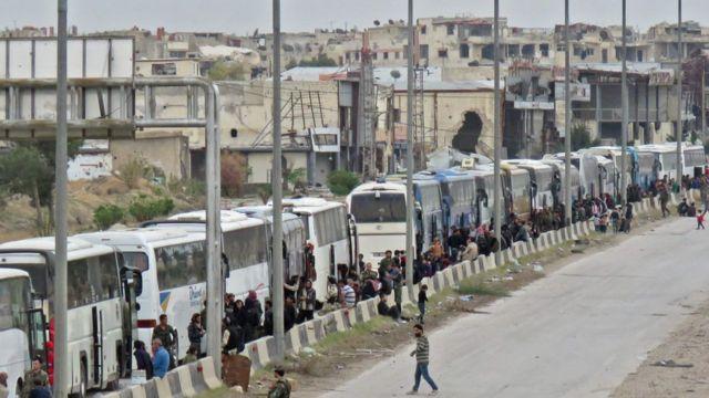 صورة أرشيفية تظهر خروج مسلحين من الغوطة الشرقية