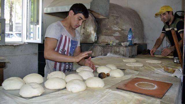 Пекарь Шерзод за работой