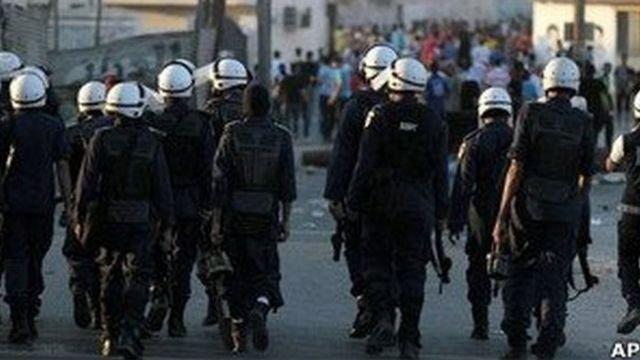 La police a également renforcé des points de contrôle aux abords des villages chiites autour de Manama, ont indiqué des témoins.