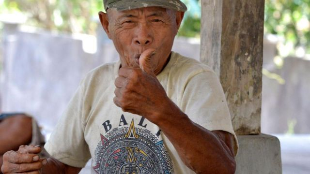 Imagem mostra homem de vila na Indonésia se comunicando pela linguagem de sinais chamada Kata Kolok