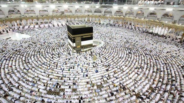 Fieles musulmanes orando en la Kaaba
