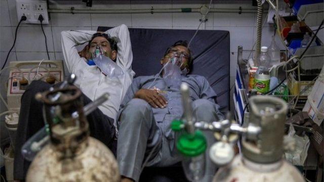 Hastanelerin yetersiz kalması yüzünden bazen iki hasta aynı yatağı paylaşıyor