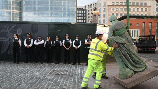 Estátua de Robert Milligan sendo retirada das docas de Londres