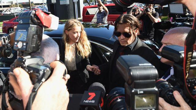 犬密輸の罪で起訴されたジョニー・デップ夫妻がオーストラリアに戻った