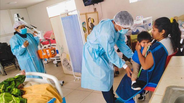 Un médico realiza una radiografía a un bebé en Perú en una clínica de Socios en Salud