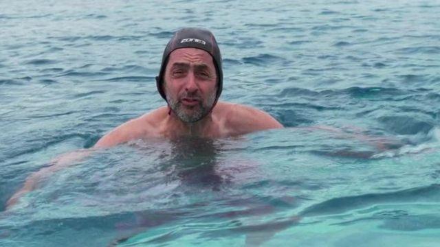 مراسل بي بي سي جاستين رولات يختبر السباحة في المياه الباردة