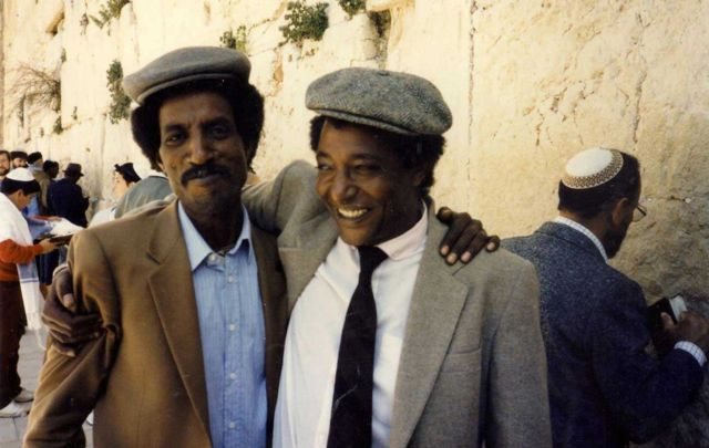Ferede Aklum (i bubamfu) hamwe na Baruch Tegegne arongoye abanya Ethiopia b'amamuko y'abayahudi i Yeruzalemu