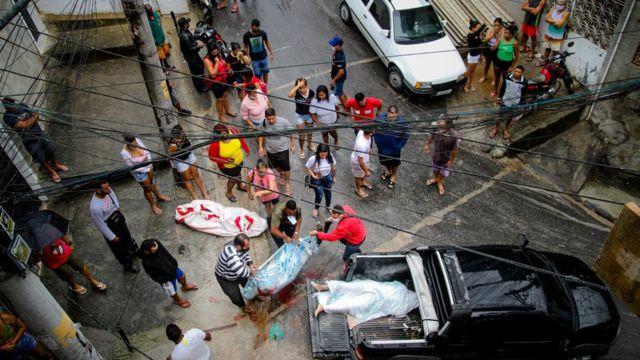 Bruno registra o momento em que moradores lidam com uma operação policial que deixou 12 mortos
