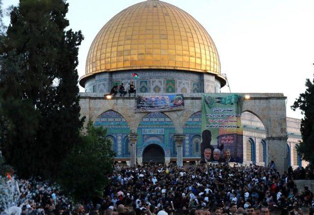 تخلل الصلاة رفع أعلام فلسطينية