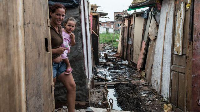 Mujer con niño en una favela.