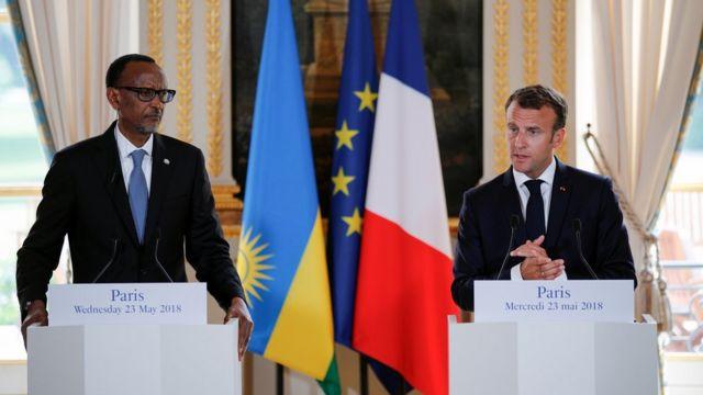 Prezida w'u Rwanda, Paul Kagame (i bubamfu) na Prezida w'Ubufaransa, Emmenuel Macron