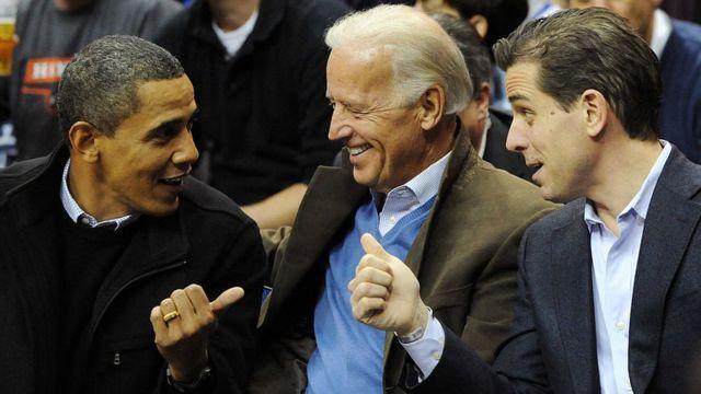 يجتمع الرئيس السابق باراك أوباما مع نائب الرئيس السابق جو بايدن وابنه هانتر في لعبة كرة سلة في عام 2010