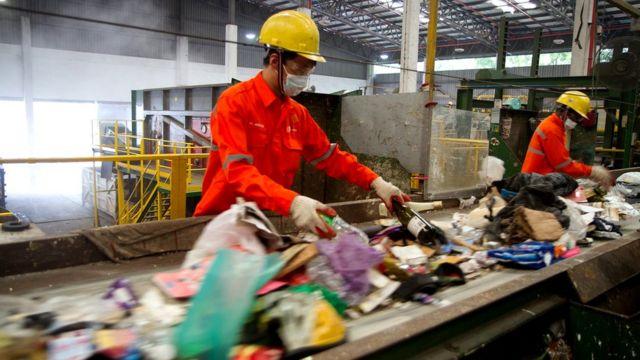 Geri dönüşüm fabrikalarında çalışan işçiler.