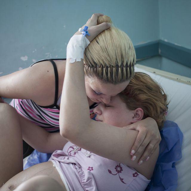 Madre adolescente de 15 años en trabajo de parto.