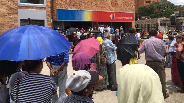 Pessoas formam fila em frente à banco na Venezuela