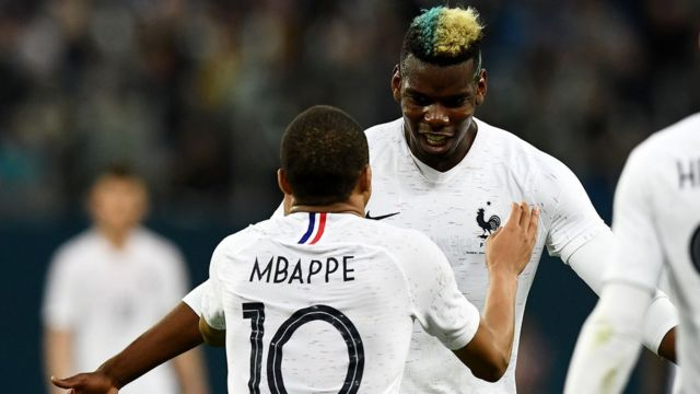 Pogba et Mbappe célèbrent la victoire de l'équipe de France contre la Russie.