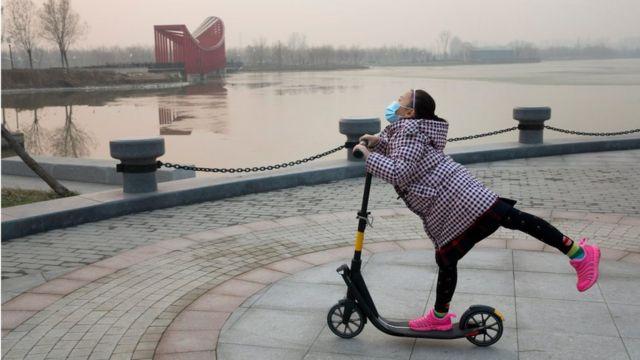 最初の「赤色警報」期間でも比較的、空気がきれいだった日には公園で少女が遊んでいた