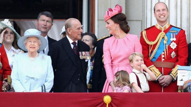 La reina Isabel II, el príncipe Felipe, duque de Edimburgo; y Kate Middleton, la duquesa de Cambridge, y el príncipe Guillermo, con los hijos de ambos.