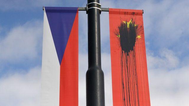中国国家主席习近平2016年到访布拉格时,有人把在当地的中国国旗弄污。