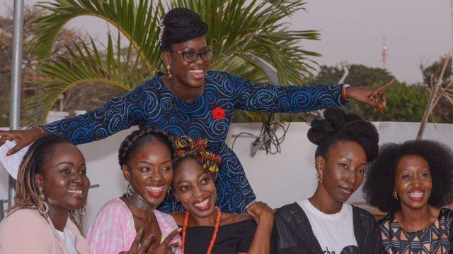 Liliane Coulibaly entouré de plusieurs femmes portant leurs cheveux naturels