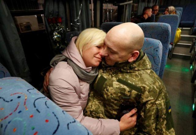 Освобожденных украинских пленных встречали родные