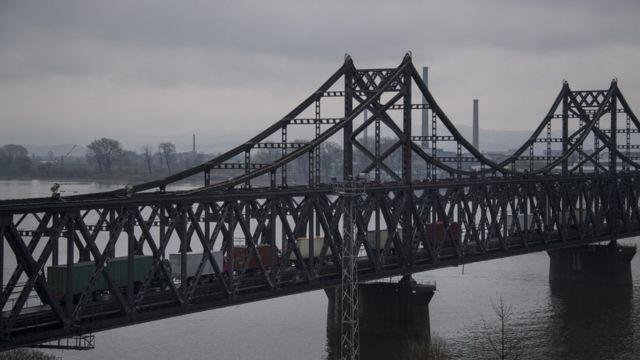 """""""Мост дружбы"""" через реку Ялу на северокорейско-китайской границе."""
