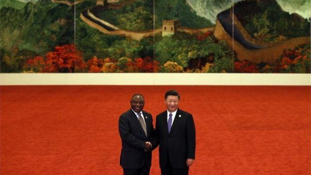 Presiden Afrika Selatan Cyril Ramaphosa, berjabat tangan dengan Presiden Xi Jinping dalam Forum on China-Africa Cooperation di Balai Besar Rakyat di Beijing, Cina, 3 September.