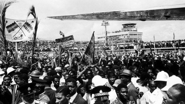 Una enorme muchedumbre recibe a Selassie en Jamaica, en 1966
