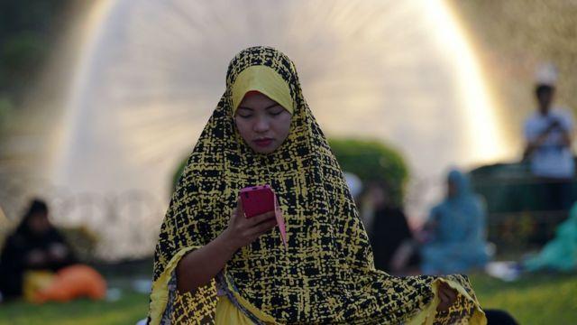 منیلا کی خاتون عید کی نماز کے لیے عید گاہ میں