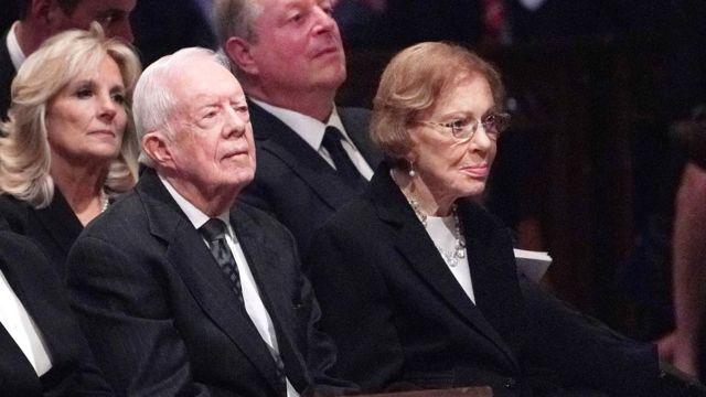 Jimmy Carter y su esposa Rosalynn Carter adelante y Jill Biden y Al Gore detrás en el funeral del expresidente George H.W. Bush en la Catedral Nacional en Washington D.C. en 2018.