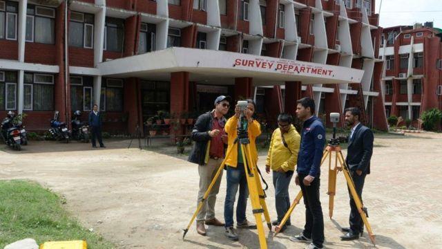 Topógrafos de Nepal chequeando sus equipos en Katmandú antes de partir hacia la cima del Everest