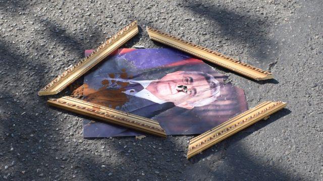 Разбитый портрет президента Армении Сежха Саргсяна