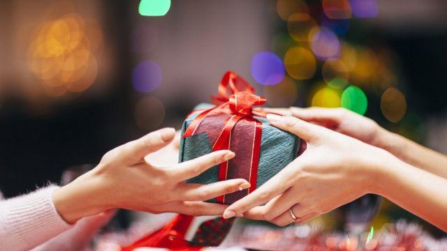 Un regalo es entregado