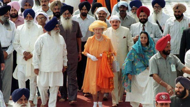 ملکه الیزابت در سال ۱۹۹۷ برای نخستین بار از محل این کشتار بازدید کرد