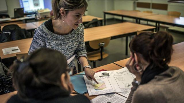 Урок в школе для взрослых, Франция, Вилёрбан, 2012 год.