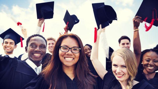 Jóvenes graduandos