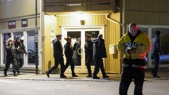 الشرطة النرويجية تجمع الأدلة في مكان الحادث.