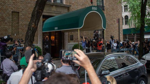 ケイト・スペードさんの死が報じられると、ケイトさんのアパート前には報道陣が詰め掛けた