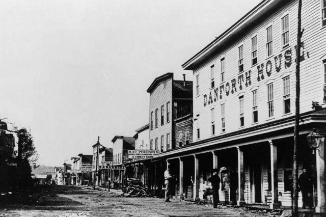 Pithole City en el apogeo de su breve auge petrolero, en 1865.