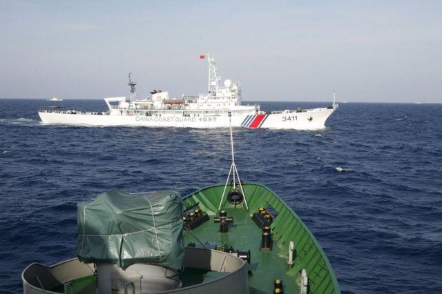 ベトナム沖210キロの海域を航行する中国の沿岸警備隊の船舶(14年5月)