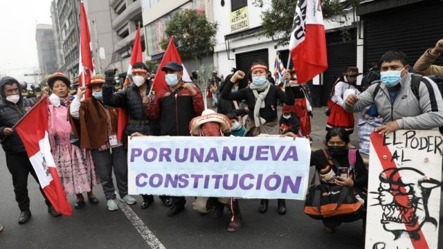 Manifestantes piden cambio de Constitución.