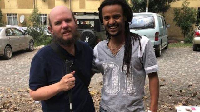 Giles com pessoa que conheceu na Etiópia