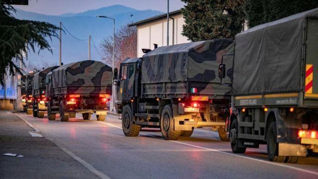 Comboio militar transporta corpos de vítimas da covid-19 em Bergamo
