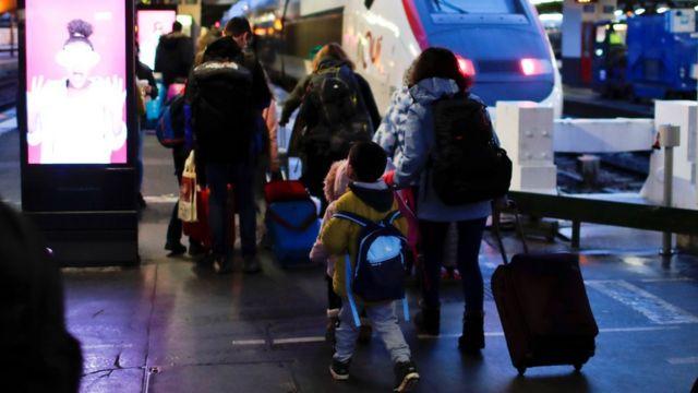 巴黎里昂車站搭乘兒童專列的兒童旅客在家長和鐵路公司保姆帶領下走到站台登車(22/12/2019)