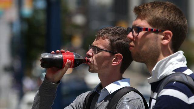 jovenes tomando gaseosa.