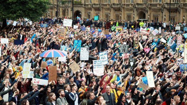 ロンドンの議事堂前では親EU派の人々がデモを行った(28日)