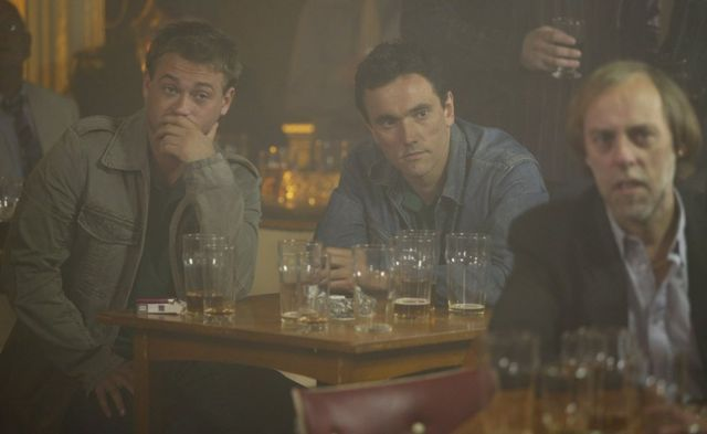 İçki ve sigara içen erkekler