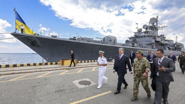 """Президент Порошенко посетил фрегат """"Гетман Сагайдачный"""" во время поездки в Одессу в июле этого года"""